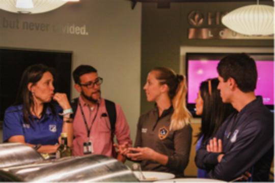 Brooke Ellison explica su rutina diaria en su papel como dietista de rendimiento deportivo de Los Angeles Galaxy con expertos del equipo Millonarios FC.