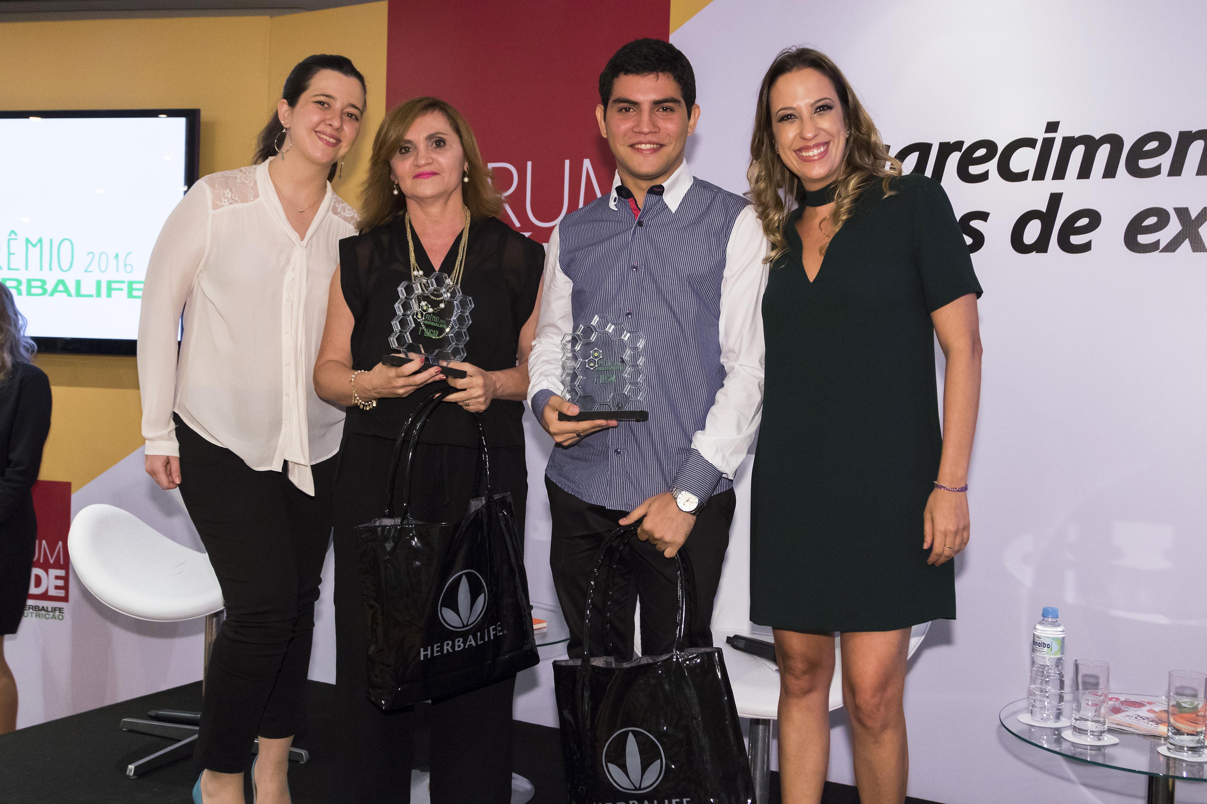 Camile Castilho presentando el premio
