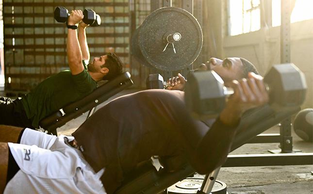 La proteína ayuda con el crecimiento muscular.