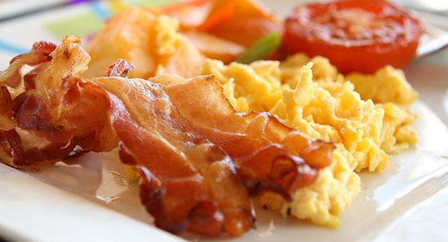 Tocino, huevos, tomates como dieta paleo