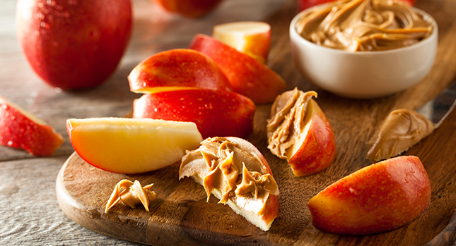 Mantequilla de maní en rodajas de manzana