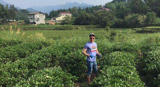 Adam Faller estudiando botánicos