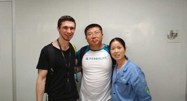 Adam Faller con el Dr. Yangjun y otra científica