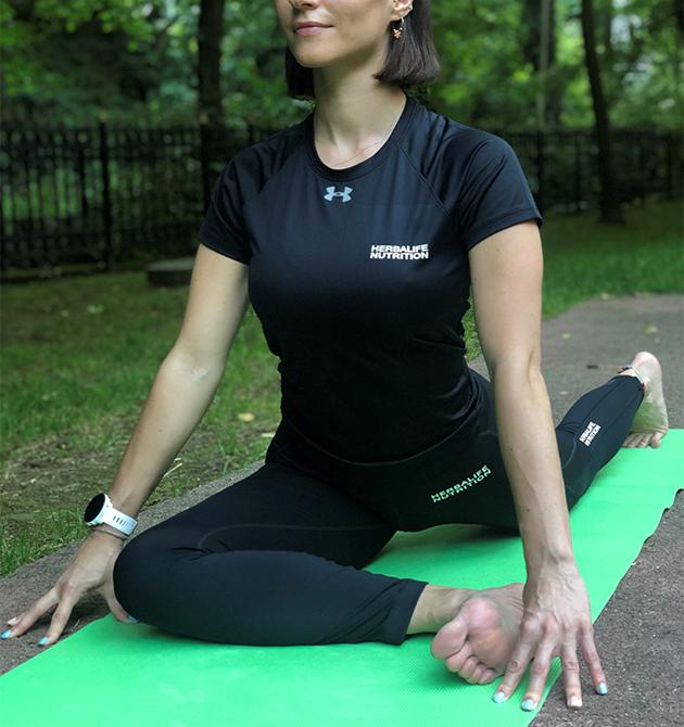 Emine Basarir realiza la pose de paloma