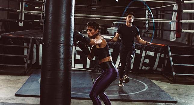 Atletas entrenando en un gimnasio de boxeo