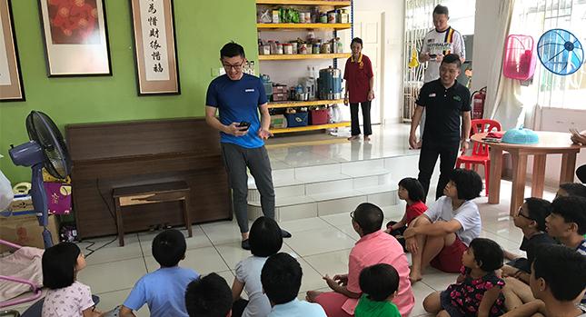 Kia Chun Loo visita regularmente un orfanato local y comparte historias interesantes con los niños.