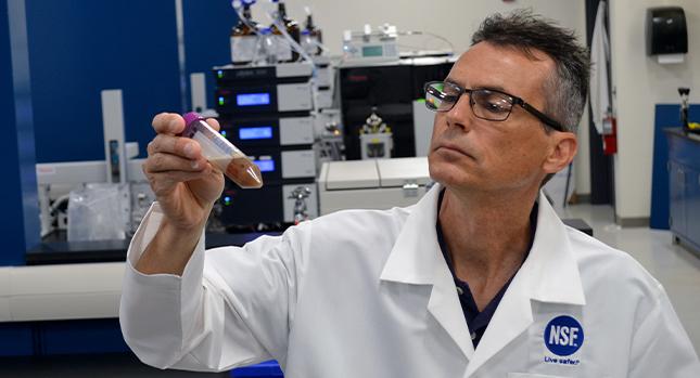 Un científico de NSF prueba un producto de suplemento de nutrición deportiva
