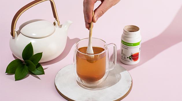 Haciendo té Herbalife caliente